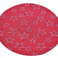 Rund tablett röd med vita stjärnor. Diameter 38 cm. Material polyester.