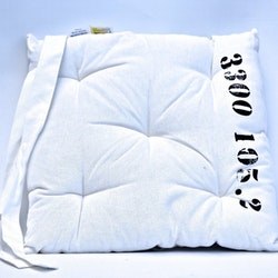 Stolsdyna från Boel & Jan. Färg: Vit. Mått: 40 x 40 x 6 cm. Material: Tyg 100% bomull. Fyllning: 100% polyester.