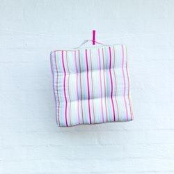 Stolsdyna randig. Färg: Randig i vitt, rosa, ljusblått, grönt och gult.  . Mått: 39 x 39 x 4 cm. Material: Tyg 100% polyester. Fyllning: 100% polyester.