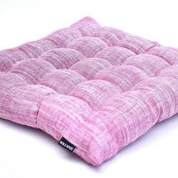 Stolsdyna Inez. Färg: Ljusröd. Mått: 40 x 40 x 5,5 cm. Material: Tyg: 100% bomull. Fyllning: 100% polyester.