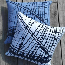 Kuddfodral Sail från Gripsholm. Färg: Ljusblå med marinblått tryck. Mått: 50 x50 cm. Material: Bomull.