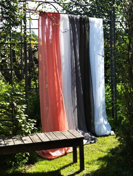 Gardinset Vistorp med två gardinlängder. Färg: Offwhite. Mått: 130 x 240 cm. Material: 100% polyester.