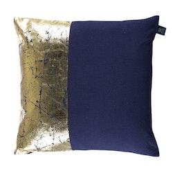 Kuddfodral Nora från Gripsholm. Färg: Blått med ett guldtryck. Mått: 50 x 50 cm. Material: 100% bomull.