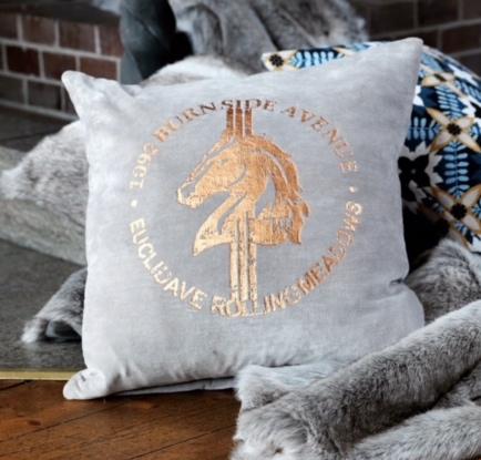 Kuddfodral Avenue i beige sammet från Gripsholm. Färg: Beige med ett kopparfärgat tryck. Mått: 45 x 45 cm. Material: Bomull.