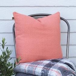Prydnadkudde Karlshamn. Färg: Peach. Mått: 43 x 43 cm. Material: Fodral 100% bomull. Stoppning 100% polyester.