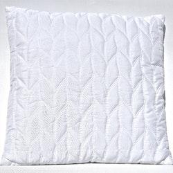 Prydnadskudde Awa.  Färg: Vit. Mått: 45 x 45 cm. Material: Fodral 100% bomull, fyllning 100% polyester.