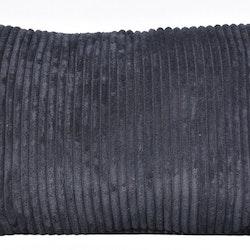Prydnadskudde Pricilla velvet i Manchestersammet. Färg: Svart. Mått: 35 x 50 cm. Material: 87% polyester, 13% nylon.