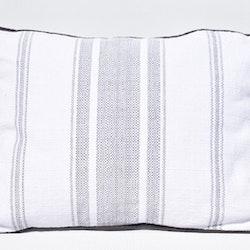 Prydnadskudde Thelma. Färg: Vit och svart. Mått: 35 x 50 cm. Material: Fodral 100% bomull, 100% polyester.