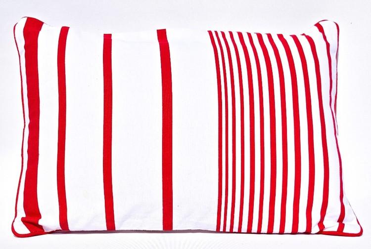 Prydnadskudde Mollberg. Färg: Vit och röd. Mått: 35 x 50 cm. Material: Fodral 100% bomull, 100% polyester.