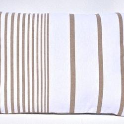 Prydnadskudde Mollberg. Färg: Vit och beige. Mått: 35 x 50 cm. Material: Fodral 100% bomull, 100% polyester.
