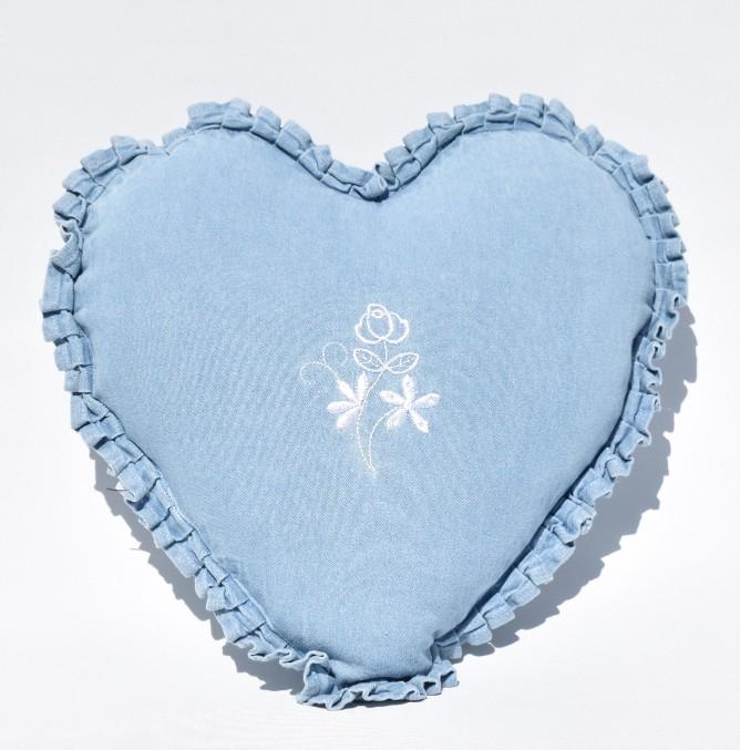 Prydnadskudde Emma Från Boel & Jan. Färg: Jeansblå. Mått: 33 x 37 cm. Material: Fodral 100% bomull, fyllnig 100% polyester.