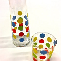 Prickig karaff med glas. Mått: Karaff H 20 cm, dia. 8,5 cm. Glas: H 9,5 cm, dia. 7,5 cm