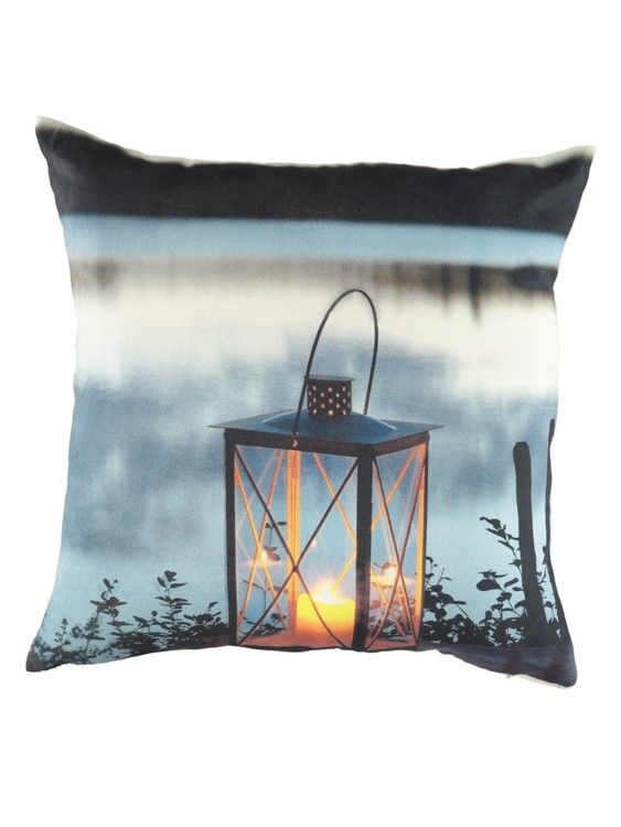 Prydnadkudde Julius lantern i sammet från Noble house med LED-lampor. Mått: 40 x 40 cm.