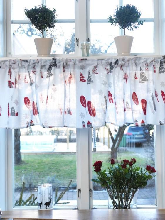 Färdigsydd gardinkappa Kivik från Noble house. Färg: Vit med röda och grå detaljer.