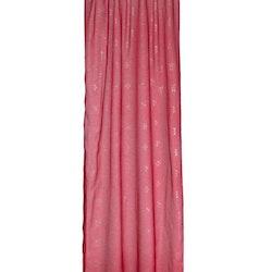 Gardinset Evelina från Noble house. Färg: Rött med tryckta stjärnor i silverfärg.