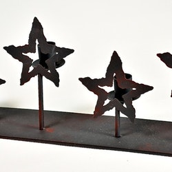 Adventsljusstake Stjärnor. Färg: Svart med lite röda toner industrilook.