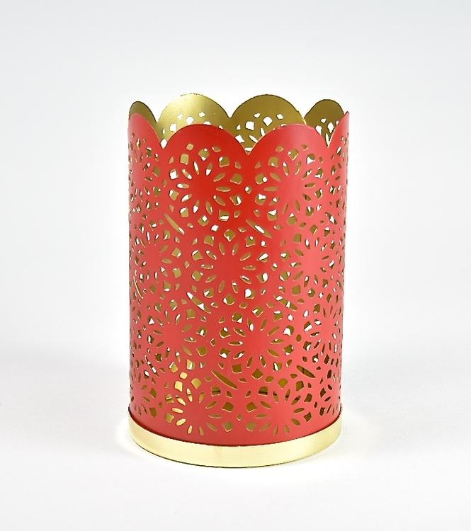 Ljuslykta. Färg: Rött och guld. Mått: H 17,5 cm. Dia 11 cm.