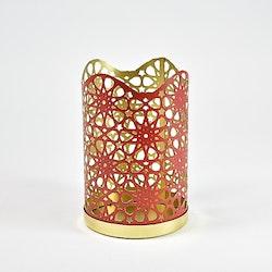 Ljuslykta. Färg: Rött och guld. Mått: H 14,5 cm. Dia 9,5 cm.