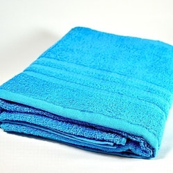 Frottébadlakan Soft från Noble house. Färg: Blå. Mått: 70 x 130 cm.