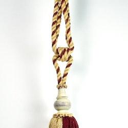 Tassels/gardinomtag med tofs. Färg: Röd och beige. Mått: 70 cm. Material: Bomull och jute.