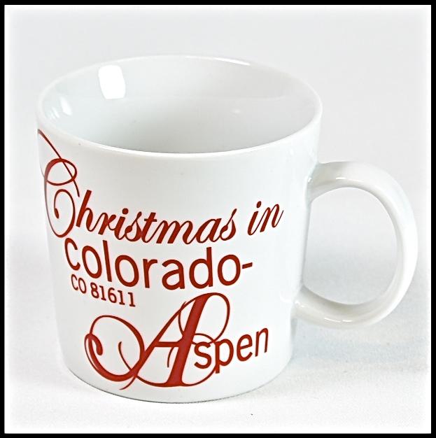 Choklad/kaffe/temugg Christmas in Colorado. Färg: Vit med röd text. Mått: H 8 cm, Dia 8 cm.