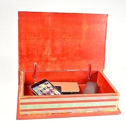 Boklåda i trä med ett juligt mönster. Färg: Röd. Mått: 31 x 21 x 7 cm.