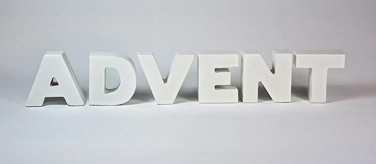 Ord ADVENT i vita bokstäver. Färg: Vit. Mått: H 7 cm, B fr. 5,5 - 8 cm.