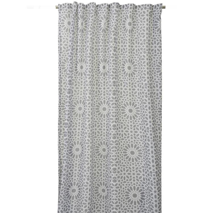 REA! Gardinset Gnistra från Boel & Jan med multiband. Färg: Vit och grå. Mått: 2 x 135 x 240 cm.