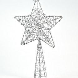 Toppstjärna till granen. Färg: Silver. Mått: H 24 cm, B 14 cm.