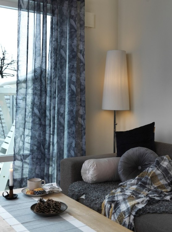 Florian gardinset med öljetter från Noble house. Färg: Grå toner.