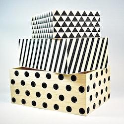 Förvaringslådor i trä, tre st. Färg: Träfärgade med svart dekor.