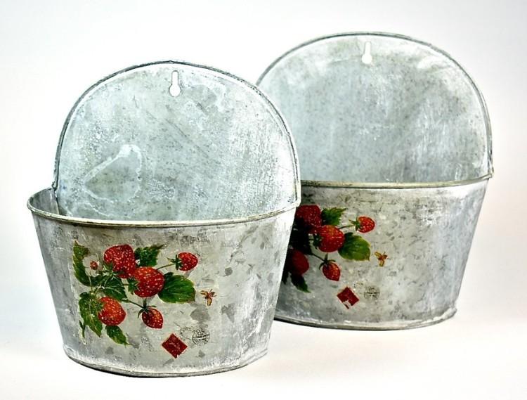 Ampel i zink med jordgubbsmönster liten. Färg: Zink med ett grönt och rött tryck.