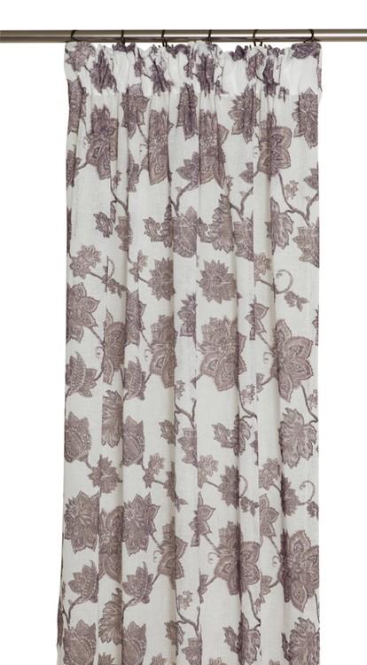 Bertold ett gardinset med rynkband. Färg: Linne och vinröd.