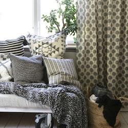 Fall ett gardinset med multiband. Färg: Linne och svart tryck.