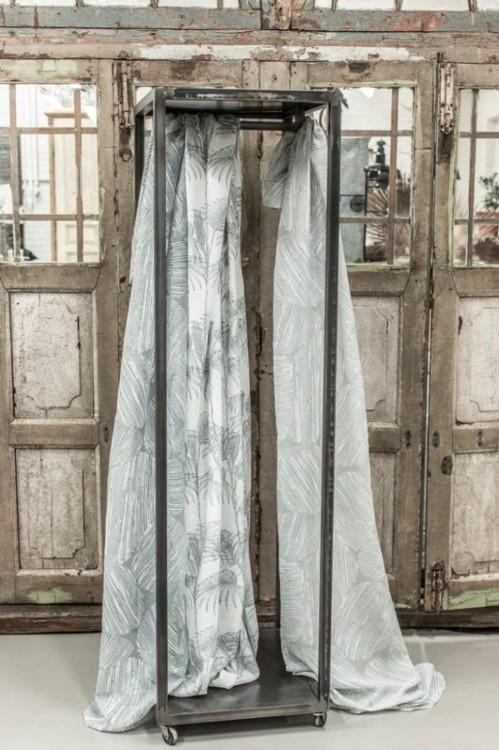 Palmetto ett gardinset med multiband från Boel & Jan. Färg: Offwhite med ett grått tryck.
