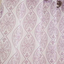 Fox ett gardinset med öljetter. Färg: Off-white och rosa.