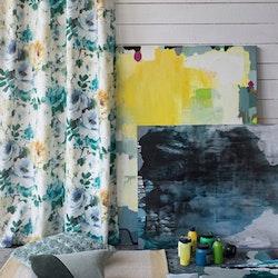 Celeste ett gardinset med multiband. Färg: Blå, gröna och gula blommor på en vit väv.