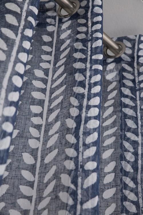Bari ett gardinset med öljetter. Färg: Mörkblå och vit.