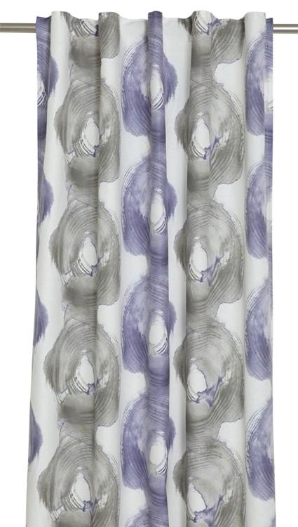 Östen ett gardinset med multiband. Färg: Vitt, grått och lila.