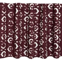 Edmund en färdigsydd gardinkappa med hällor. Färg: Vinröd och vit.