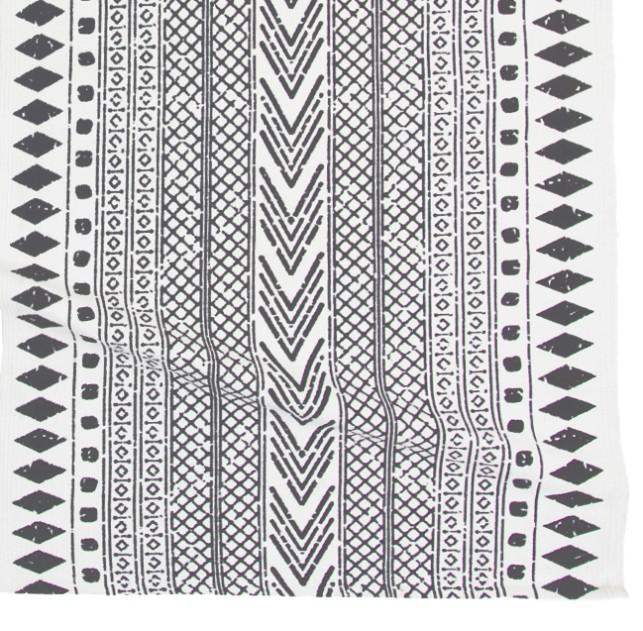Etnisk en bomullsmatta med tryck. Färg: Vit med ett grått tryckt mönster.