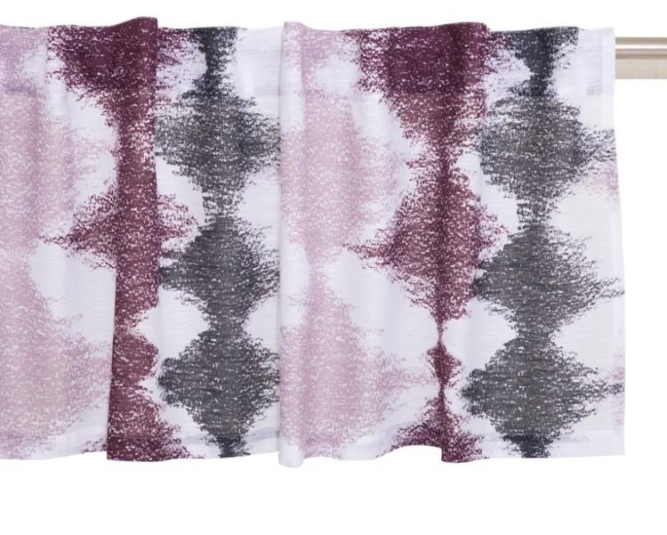 Bordeaux ett gardinset med dolda hällor. Färg: Vit med ett tryckt mönster i svart rosa och vinrött.