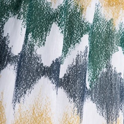 Bordeaux ett gardinset med dolda hällor. Färg: Vit med ett tryckt mönster i svart, grönt och gult.