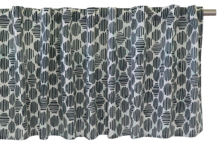 Brynolf en färdigsydd gardinkappa med sydda hällor. Färg: Vit och svart med en liten ton av mintgrönt.
