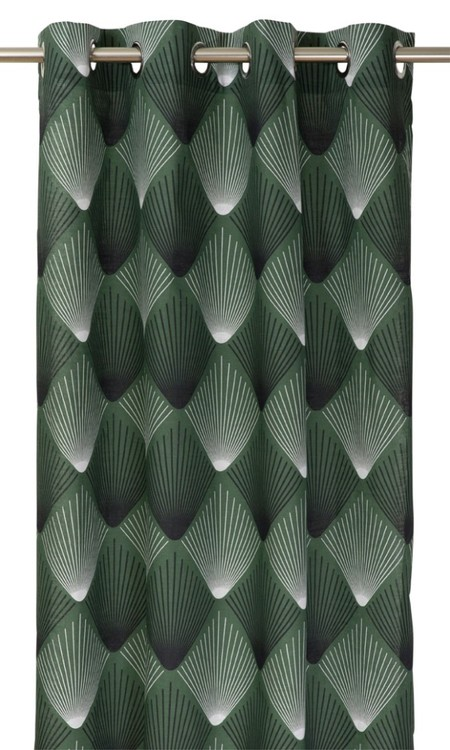 Hubert ett gardinset med öljetter. Färg: Grön med ett mönster i vitt och svart.