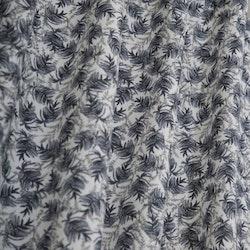 Alicante ett gardinset med multiband. Färg: Vit väv med grå och blå kvistar.