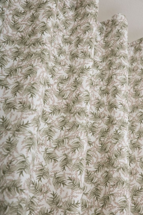 Alicante ett gardinset med multiband. Färg: Vit väv med gröna och beiga kvistar.