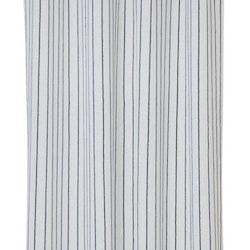 8608 ett gardinset i vitt med en vävd blå rand. Färg: Vit med blåa ränder.