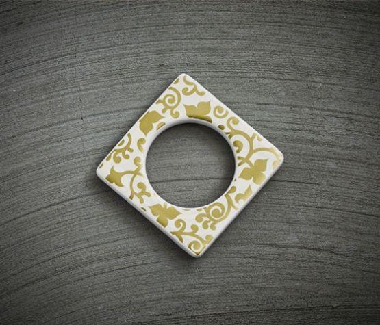 Change ljusmanchett från Cult design. Färg: Vit med ett guldmönster.