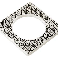 Change ljusmanchett från Cult design. Färg: Vit med ett svart mönster.